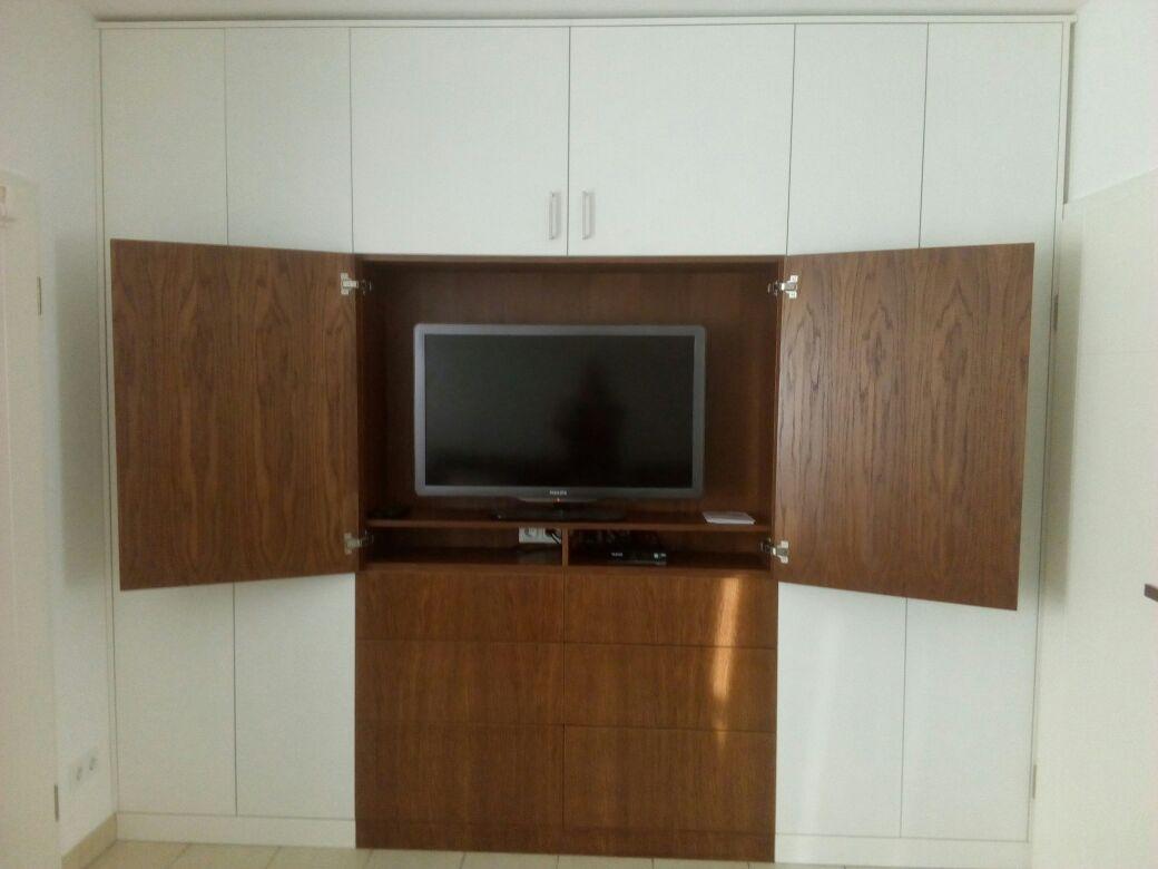 Fernseh-Einbauschrank mit zwei unterschiedlichen Holzvarianten