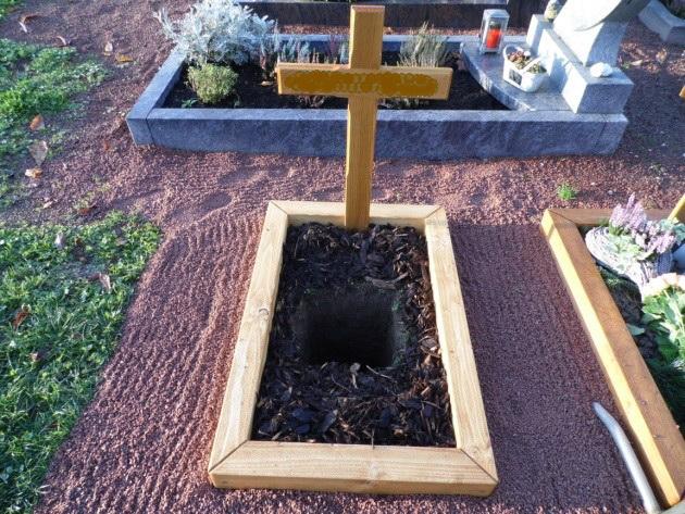 Grabkreuz und Grabumrandung der Schreinerei Bischof